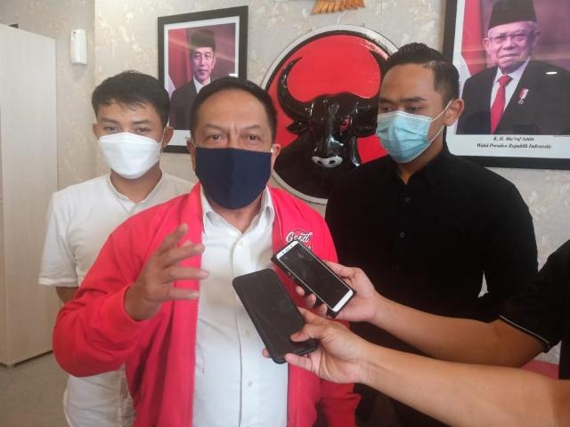 Ketua Bappilu PDI P Surabaya Anas Karno saat memberikan keterangan kepada wartawan atas kemenangan Eri Armuji dalam sidang gugatan perselisihan hasil Pemilu