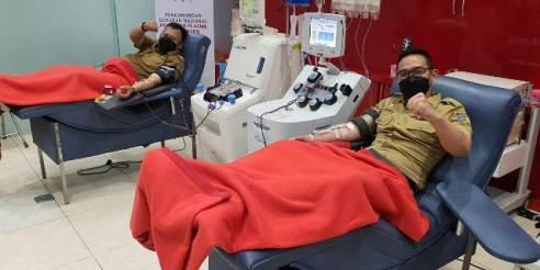 Kabag Humas Pemkot Surabaya Febri saat mendonorkan plasma konvalesennya pada senin