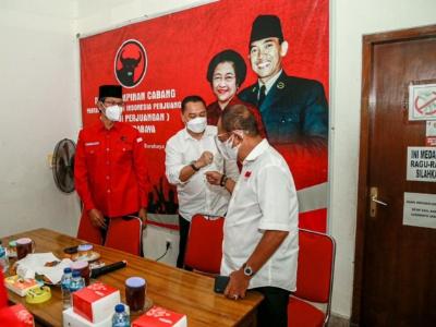 Wali kota Surabaya Eri Cahyadi dan Wakil Wali Kota Surabaya Armuji sedang bersama ketua DPC PDI P Surabaya Adi Sutarwijono dikantor DPC PDP Surabaya jalan stail selasa kemarin