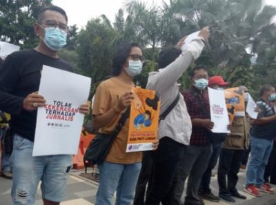Elemen jurnalis surabaya saat melakukan unjuk rasa menuntut pengusitan kasus kekerasan terhadap jurnalis