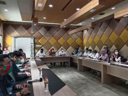 Warga saat mengikuti penyampaian Aspirasi dirumah dinas wakil wali kota Surabaya