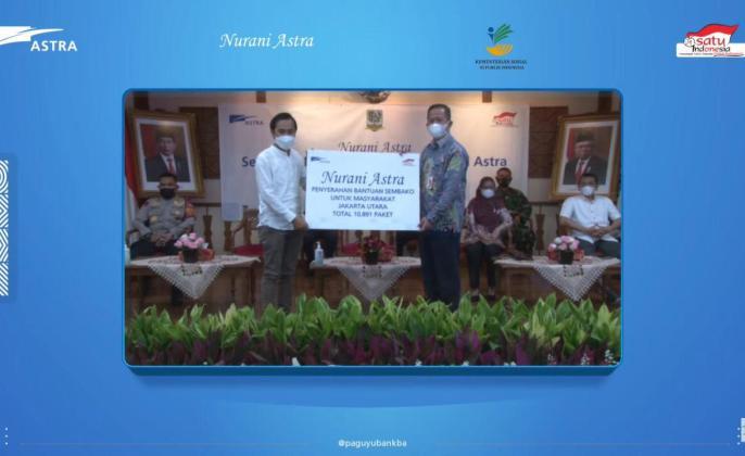 Simbolis penyerahan paket sembako Nurani Astraoleh Head of CSR Operation Astra Bondan Susilo (kiri) kepada Walikota Jakarta Utara Ali Maulana Hakim (kanan) yang dilaksanakan secarahybridpada hari ini (6/5).