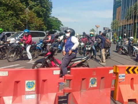 Salah satu pemotor yang kecewa atas penutupan jalan menuju ke Surabaya