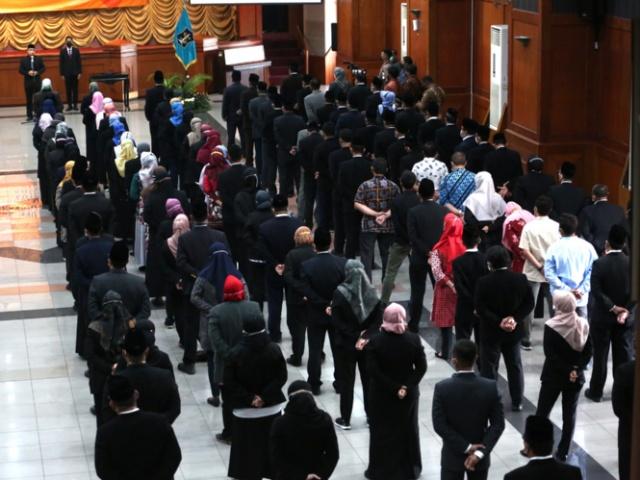 Wali Kota Eri saat melantik 129 Pejabat dilingkungan Pemkot Surabaya pada Jumat (01/10)