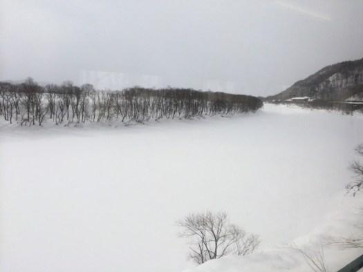 雪に埋まった天塩川