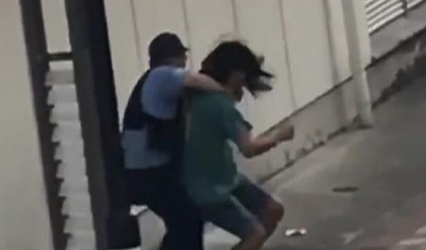 GIAPPONESE ATTERRA UN POLIZIOTTO È FUGGE VIA IL VIDEO DELL'ACCADUTO