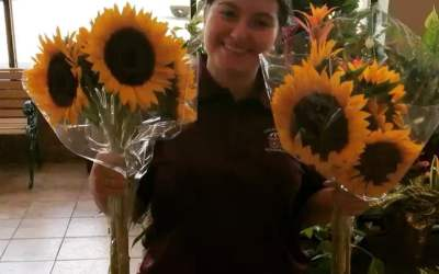 Just lighting up your day with sunflowers 🌻 and Mona! #calandrosmkt #flowers #sunflowers
