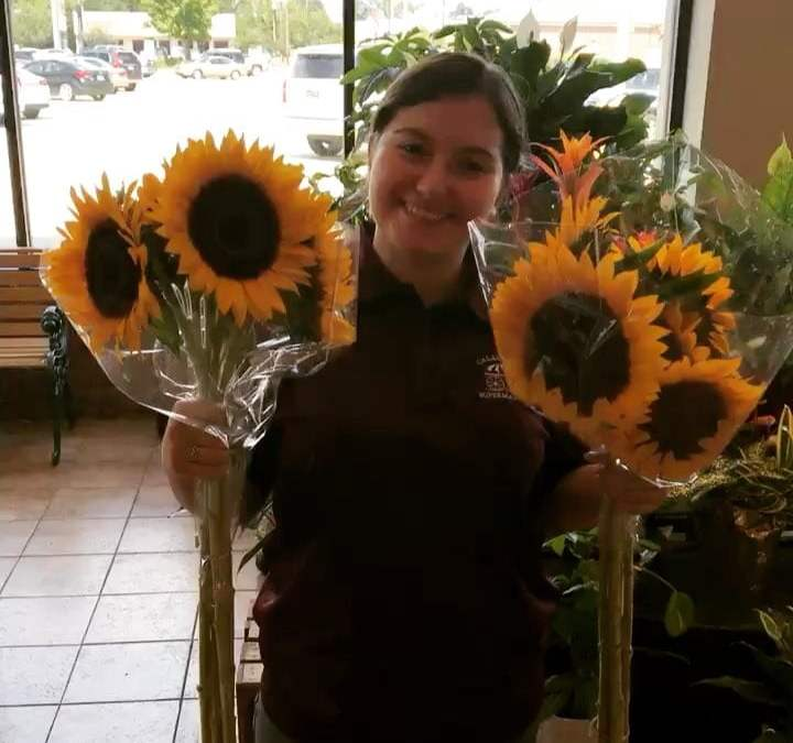 Just lighting up your day with sunflowers ???? and Mona! #calandrosmkt #flowers #sunflowers