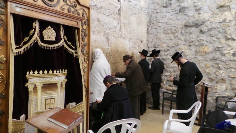 evrei la zidul plangerii rugandu-se
