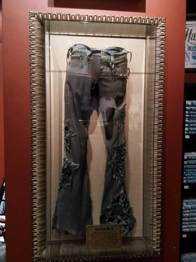 pantalonii lui shakira