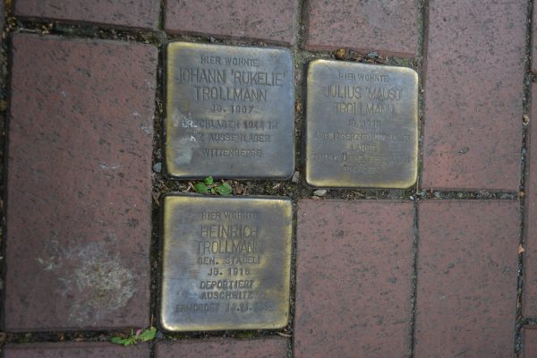 placute comemorative in trotuar
