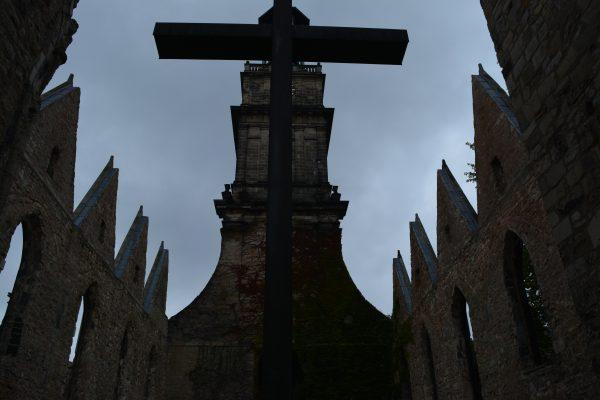 biserica bombardata si arsa lasata ca monument
