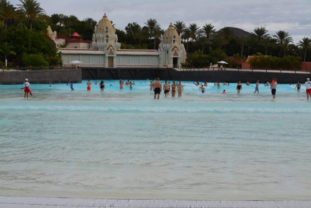 piscina cu valuri artificiale
