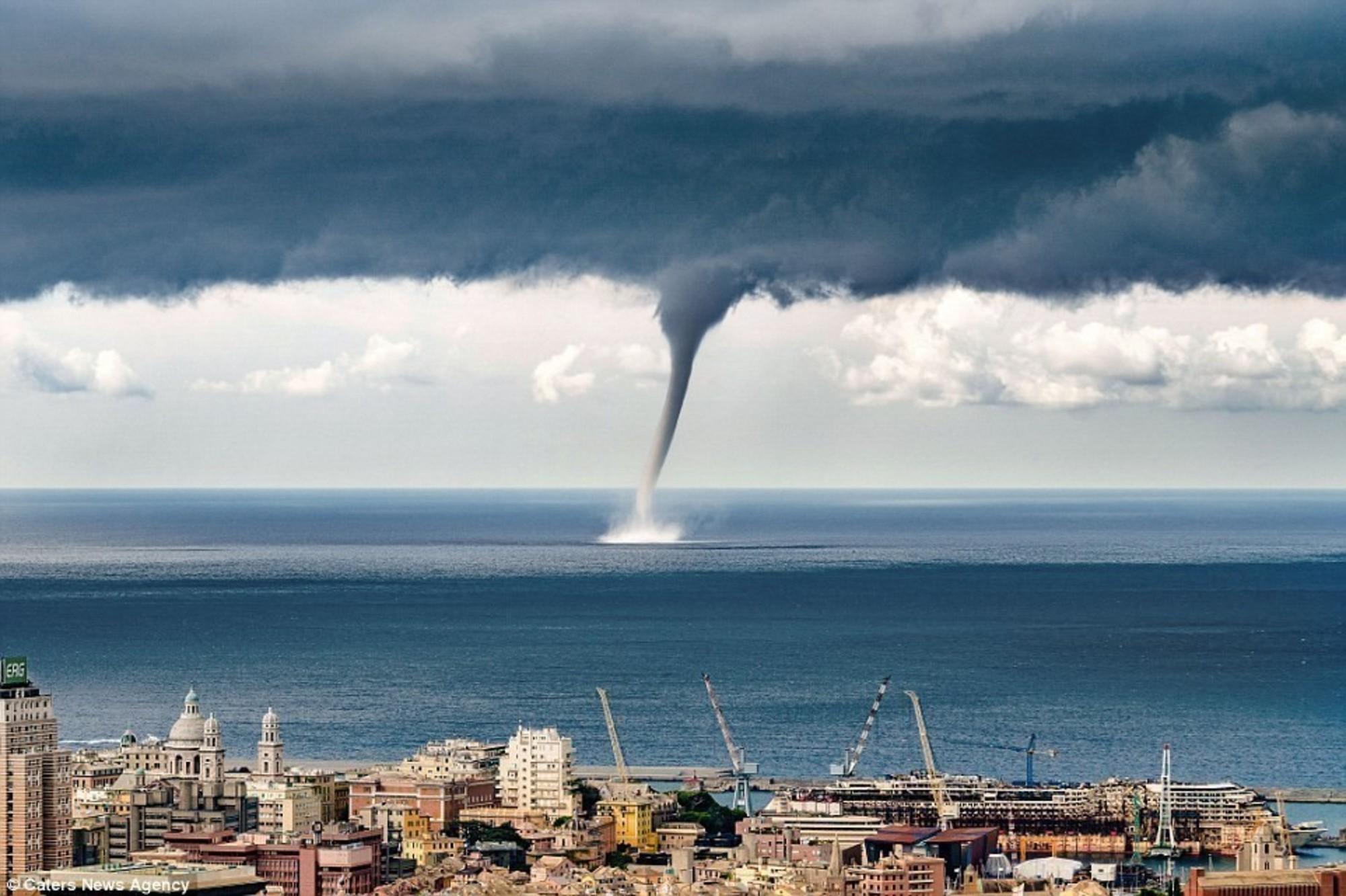Imagini pentru poze cu tornade pe mare