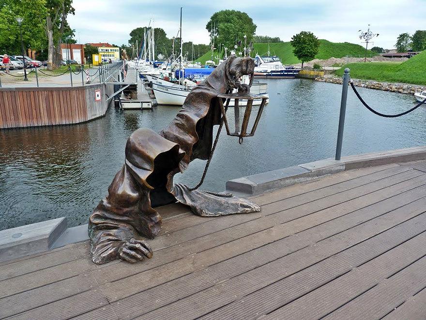 Imagini pentru statui amuzante