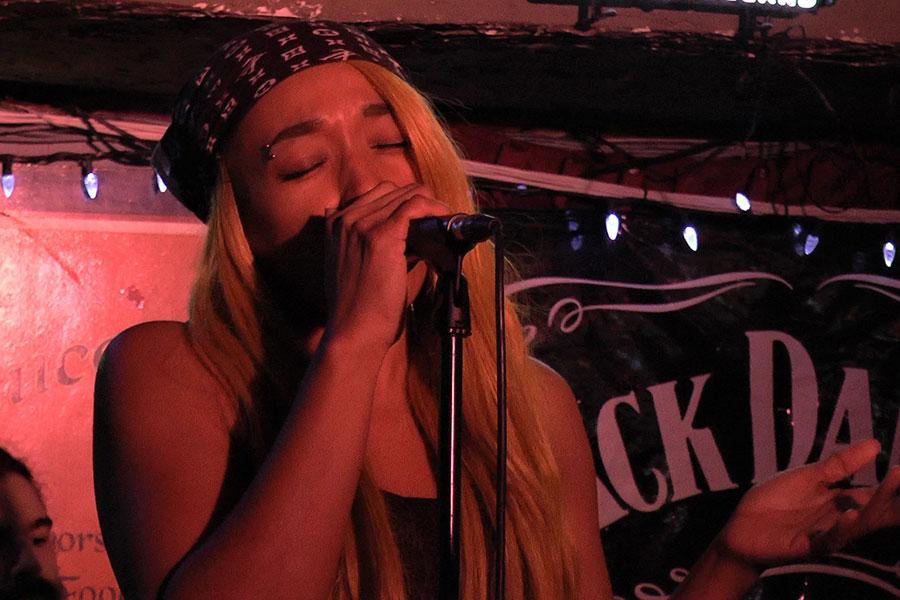Nadi Downz singing