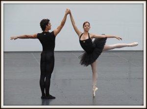 """Dans le cadre de la 3e edition du festival """"Les étés de la danse de Paris"""", le Ballet National de Cuba a présenté deux ballets du répertoire classique, Giselle et Don Quichotte.  Cette compagnie a proposé aussi des portes ouvertes permettant d'assister aux cours et à des démonstrations des jeunes danseurs.  Le Ballet National de Cuba a été créé en 1948 par Madame Alicia Alonso, danseuse devenue chorégraphe et actuellement directrice artistique de la compagnie, malgré son âge et sa cécité."""