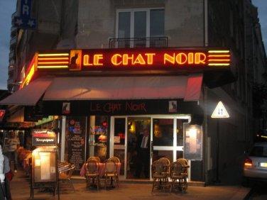 Le chat noir est une superstition tellement ancrée dans la culture français que des établissements publics comme des restaurants, des cafés s'appellent ainsi.