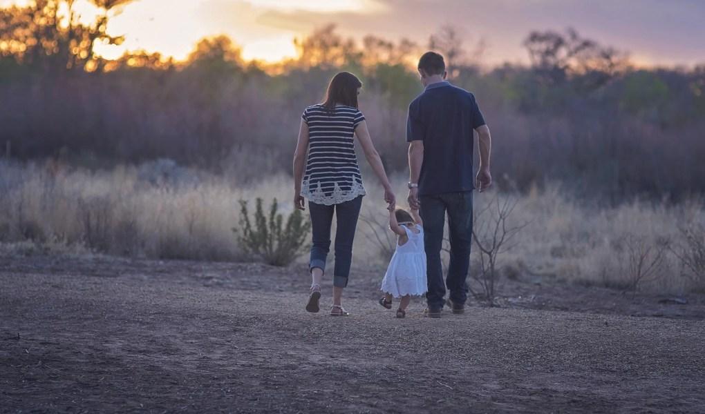 Famille promenade heureuse