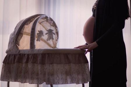 maman enceinte berceau bébé
