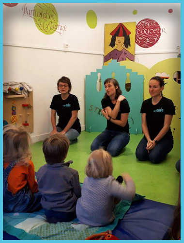 Trois comédiennes de La CRIC donne un spectacle d'improvisation pour un groupe d'enfants au Café des Enfants.