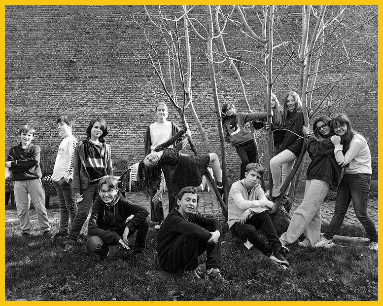Un groupe d'adolescents prend la pose dans le jardin.