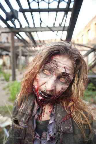 The WAlking Dead S02E01 Female walker