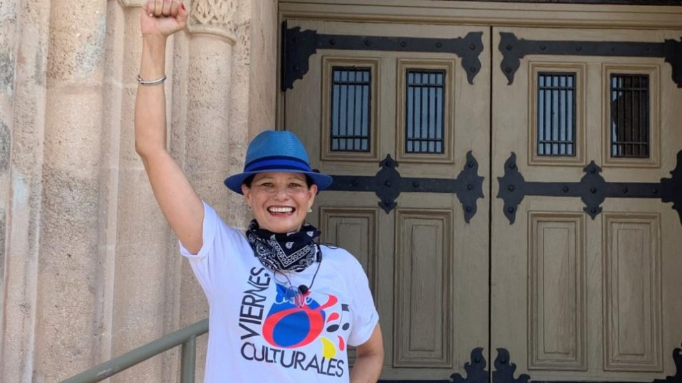 Anneliese hand up scaled e1587449911412 - ¡Viernes Culturales presenta diariamente Little Havana LIVE!