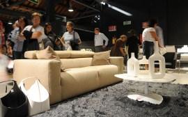 primo piano su composizione con divano Upgrade, stand Calligaris