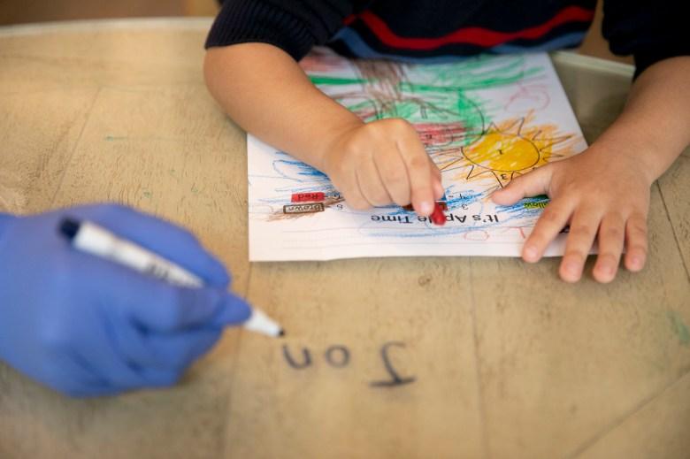 Jonathan, de 4 años, trabaja en una actividad para colorear durante el preescolar en línea en su casa en Tracy el 3 de marzo de 2021. Jonathan, que está en el espectro del autismo, recibe la ayuda de un terapeuta individual tres días a la semana que lo ayuda en línea. problemas de aprendizaje y comportamiento. Foto de Anne Wernikoff, CalMatters