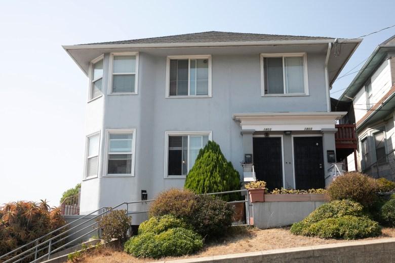 Una casa multifamiliar en Oakland el 2 de septiembre de 2020. Foto de Anne Wernikoff para CalMatters