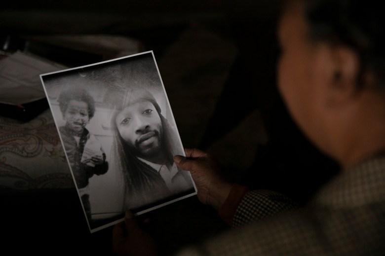 Kello Gordon mira una foto de su hijo David Lee Williams en su casa de Sacramento el 5 de marzo de 2021. Williams ha estado en la cárcel del condado de Sacramento durante dos años en espera de juicio. Foto de Anne Wernikoff, CalMatters