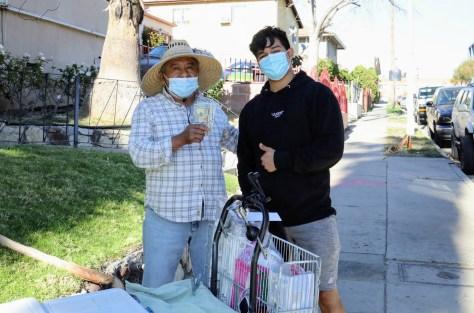 Jesús Moralez, quien se hace llamar Juixxe en TikTok, recauda donaciones de seguidores que comparte con vendedores ambulantes en Los Ángeles. Foto cortesía de Jesus Morales