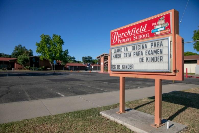 La marquesina de la escuela primaria de Burchfield escrita en español e inglés informa a los padres que llamen a la oficina de la escuela para programar una cita para el examen de ingreso al jardín de infantes en Colusa el 25 de mayo de 2021. Foto de Anne Wernikoff, CalMatters