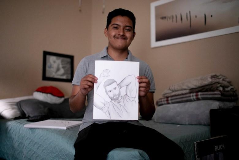 Eduardo muestra un dibujo reciente. Espera seguir aprendiendo ilustración en Cal State East Bay. Foto de Anne Wernikoff, CalMatters