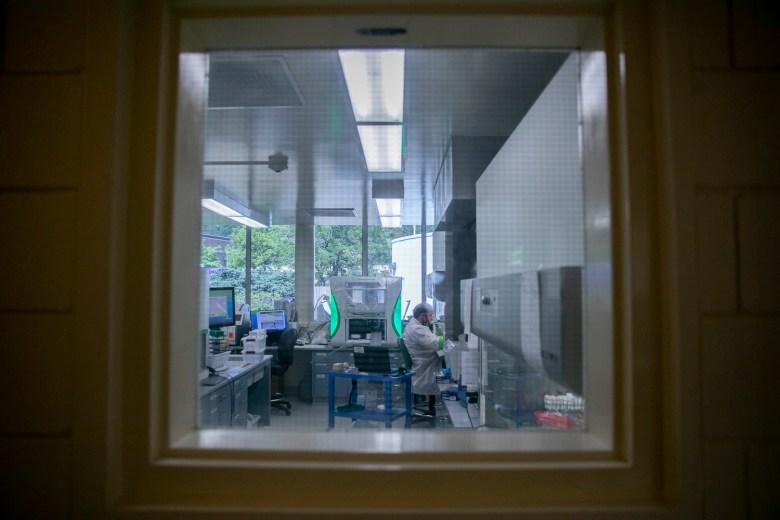 El científico de laboratorio clínico, Bryan Dzenkowski, trabaja con muestras de prueba de COVID-19 en un laboratorio del Departamento de Salud Pública del Condado de Sonoma el 8 de junio de 2021. Dzebkowski fue contratado por el departamento específicamente para trabajar con pruebas de COVID-19. Foto de Anne Wernikoff, CalMatters