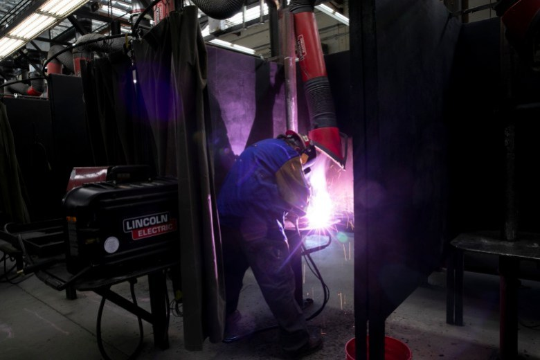 El jornalero Robert LeRoy practica soldadura para su recertificación en el centro de capacitación Sindicato Local 377 de Trabajadores del Hierro en Benicia el 10 de junio de 2021. Foto de Anne Wernikoff, CalMatters