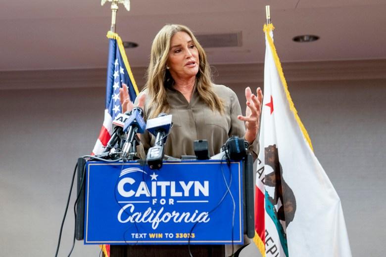 Caitlyn Jenner, candidata republicana en las elecciones revocatorias de Gavin Newsom, habla con los periodistas en el Hyatt Regency en Sacramento el 9 de julio de 2021. Foto de Marissa García para CalMatters
