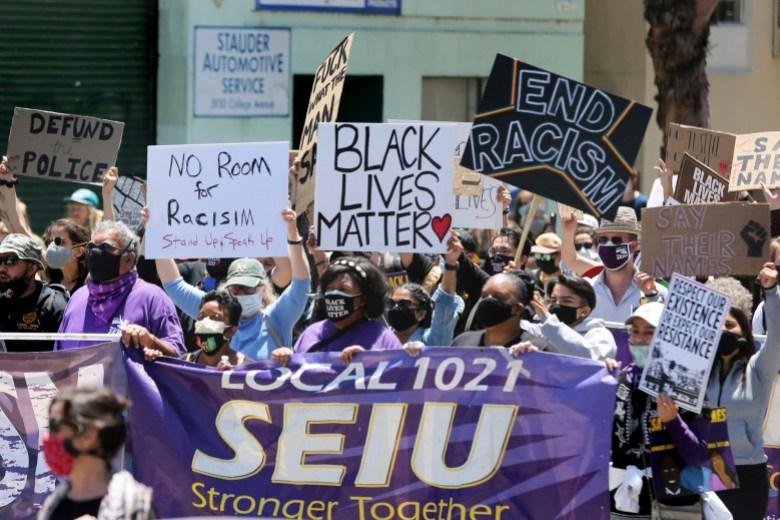 Los manifestantes marchan por College Avenue hasta UC Berkeley durante una protesta contra la violencia policial y el racismo sistémico organizada por el Local 1021 de SEIU en Oakland el 1 de junio de 2020. Foto de Ray Chavez, Bay Area News Group