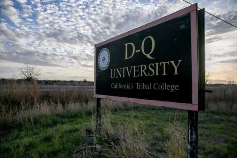 El letrero de la Universidad DQ permanece en la carretera nacional 31 en el condado de Yolo el 21 de enero de 2021. Foto de Anne Wernikoff, CalMatters