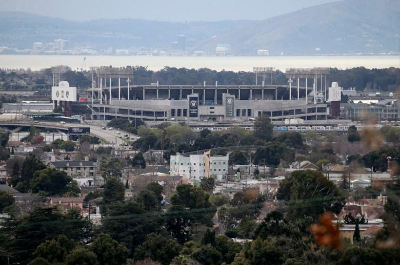 Una vista del Coliseo se ve desde las colinas en el este de Oakland el 14 de enero de 2019. Los Atléticos de Oakland han lanzado un plan de remodelación para el sitio del Coliseo. Foto de Jane Tyska, Bay Area News Group