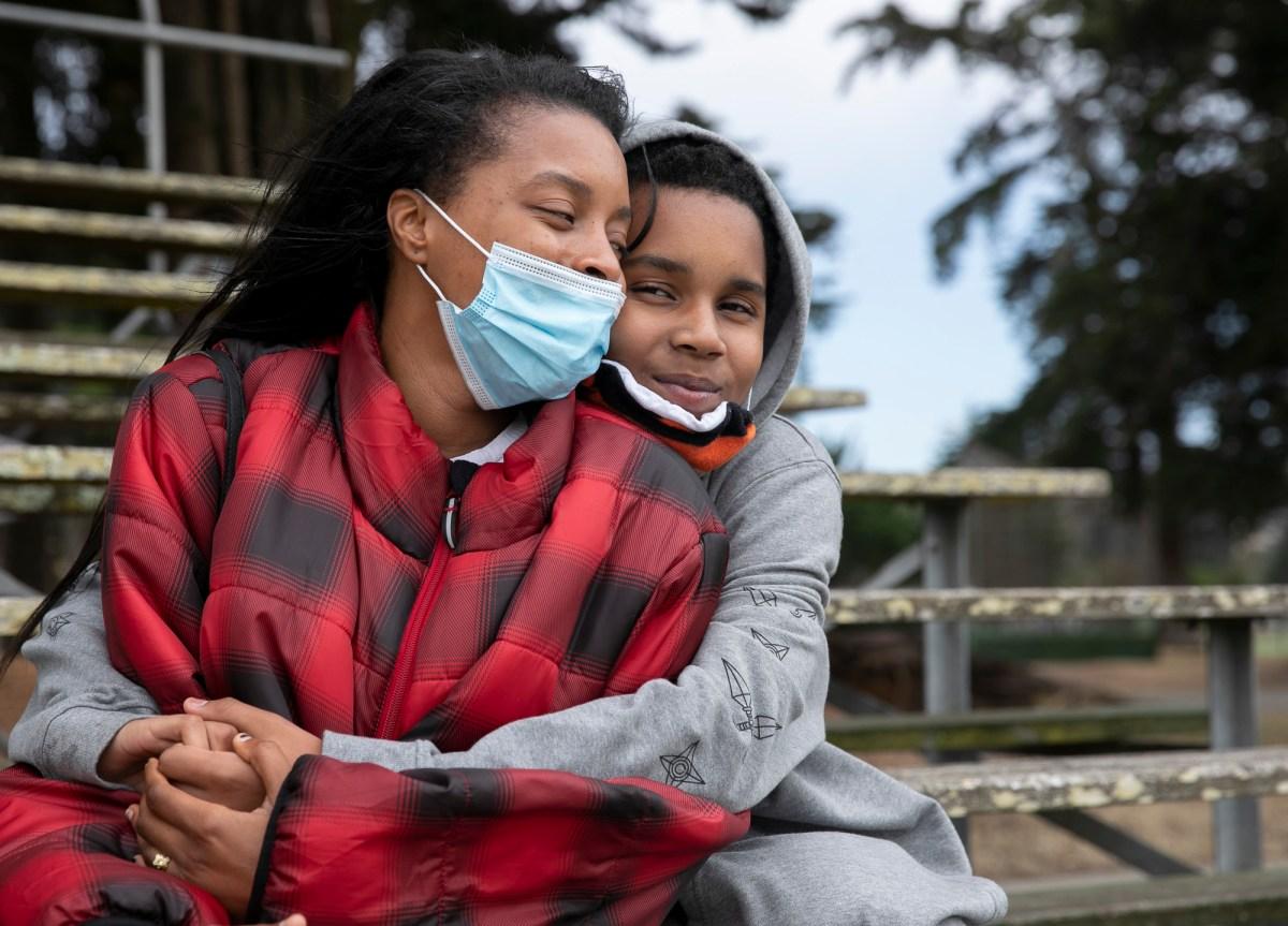 Betty Hunter y su hijo, Ángel, 13, en Crocker Amazon Park en San Francisco el 26 de junio de 2020. Hunter dice que ella y su hijo tienen un lazo muy estrecho y comparten el amor por el anime. Fotografía de Anne Wernikoff para CalMatters