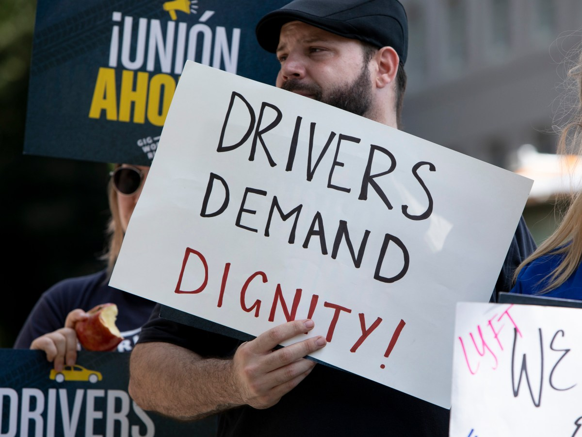 gig work protesters carrying signs supporting AB-5, a bill that would change the employment classification for on-demand workers such as Uber and Lyft drivers, is posted in front of the California capitol on August 28, 2019. Photo by Anne Wernikoff for CalMatters