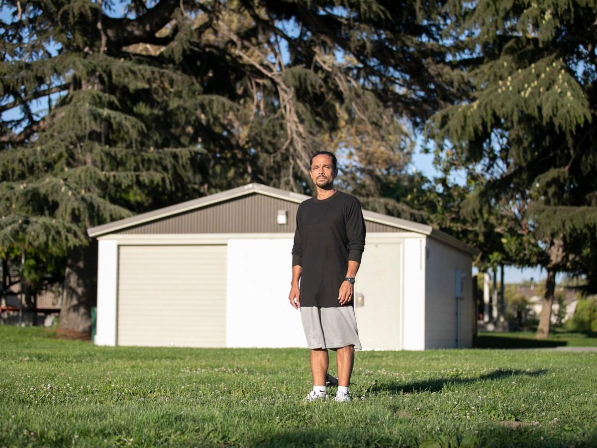 Chris Scull, que estuvo preso en San Quentín durante 22 años y fue liberado el mes pasado, dio positivo para COVID-19 en junio cuando estaba en prisión. Scull ahora vive en una vivienda de transición en Hayward y experimentó un segundo aislamiento luego de que uno de sus compañeros de vivienda diera positivo para el virus. Fotografía de Anne Wernikoff para CalMatters
