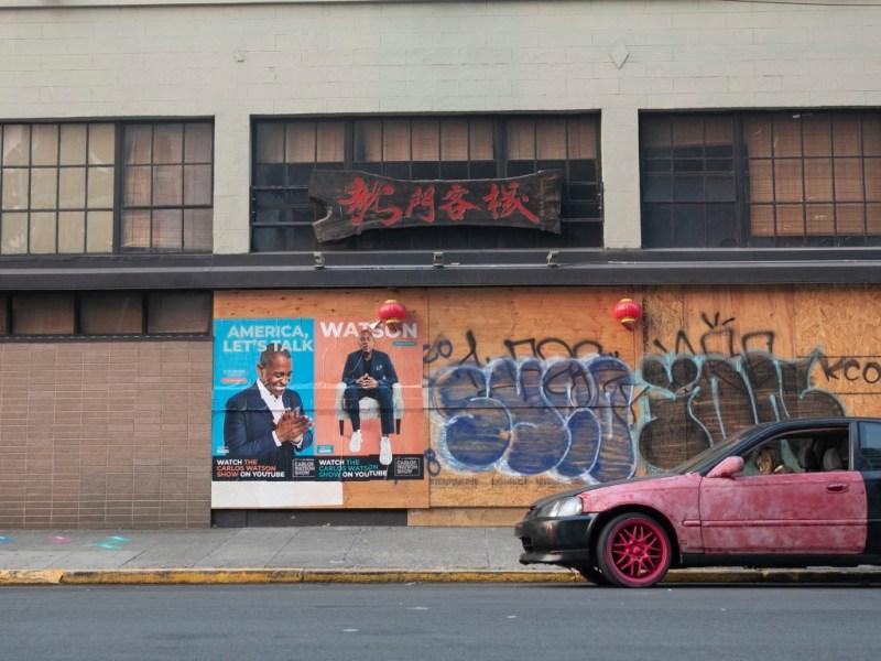 Un restaurante en Oakland permanece cerrado el 1 de septiembre de 2020. Fotografía de Anne Wernikoff para CalMatters