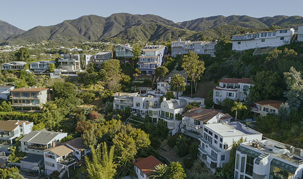 Beach front homes in Malibu, CA. Census response rates are low for some of the wealthiest areas across California counties with traditionally good participation. Image via iStock