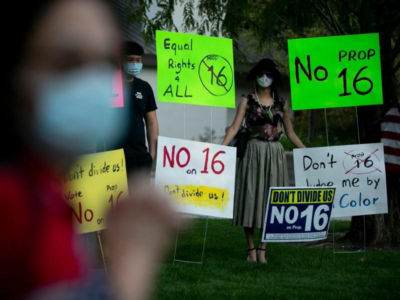 Manifestantes participan en una protesta contra la propuesta 16, una iniciativa de votación estatal que restablecería la acción afirmativa, en Walnut Creek el 16 de octubre de 2020. Fotografía de Anne Wernikoff para CalMatters