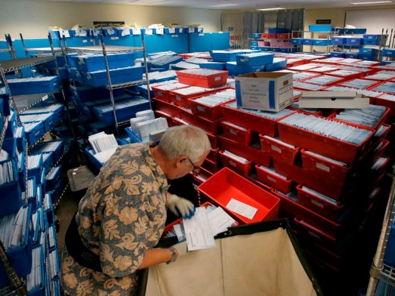 El trabajador electoral del condado de Santa Clara, Gary Capon, procesa las boletas electorales provisionales y tardías el 7 de noviembre de 2018 en San José. En 9 condados de California, más personas ya votaron antes de lo que votaron en total en 2016. Foto de Karl Mondon, Bay Area News Group