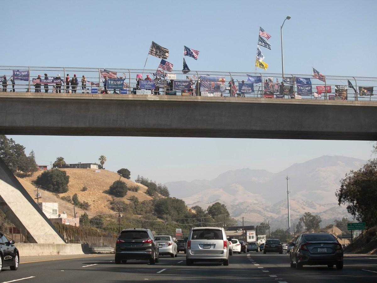 Los partidarios de Trump realizan una manifestación sobre la ruta 24 en las afueras de Walnut Creek el 31 de octubre de 2020. Foto de Anne Wernikoff para CalMatters