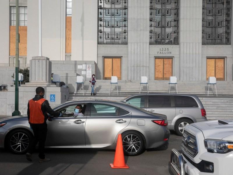 Los conductores hacen fila para dejar las boletas fuera de un tribunal del condado de Alameda el 3 de noviembre de 2020. Foto de Anne Wernikoff para CalMatters